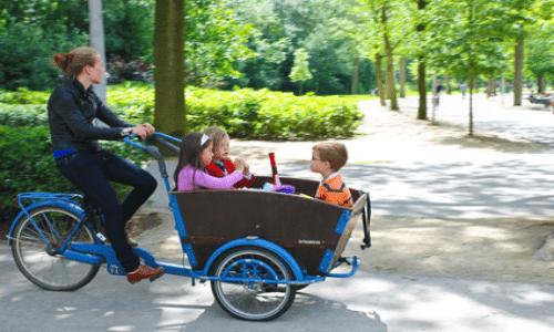 Ladcykel i skoven med børn