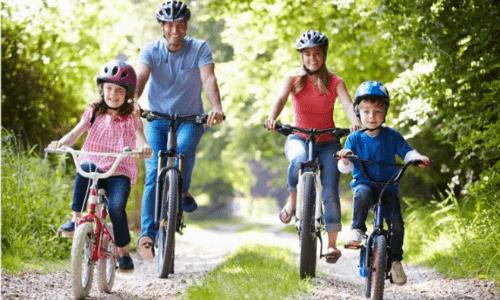 Familie cykler i skoven og punkterer
